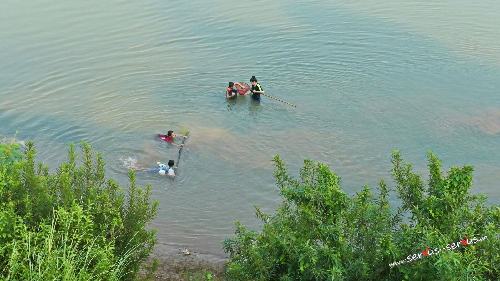 Frauen im mekong beim fischen