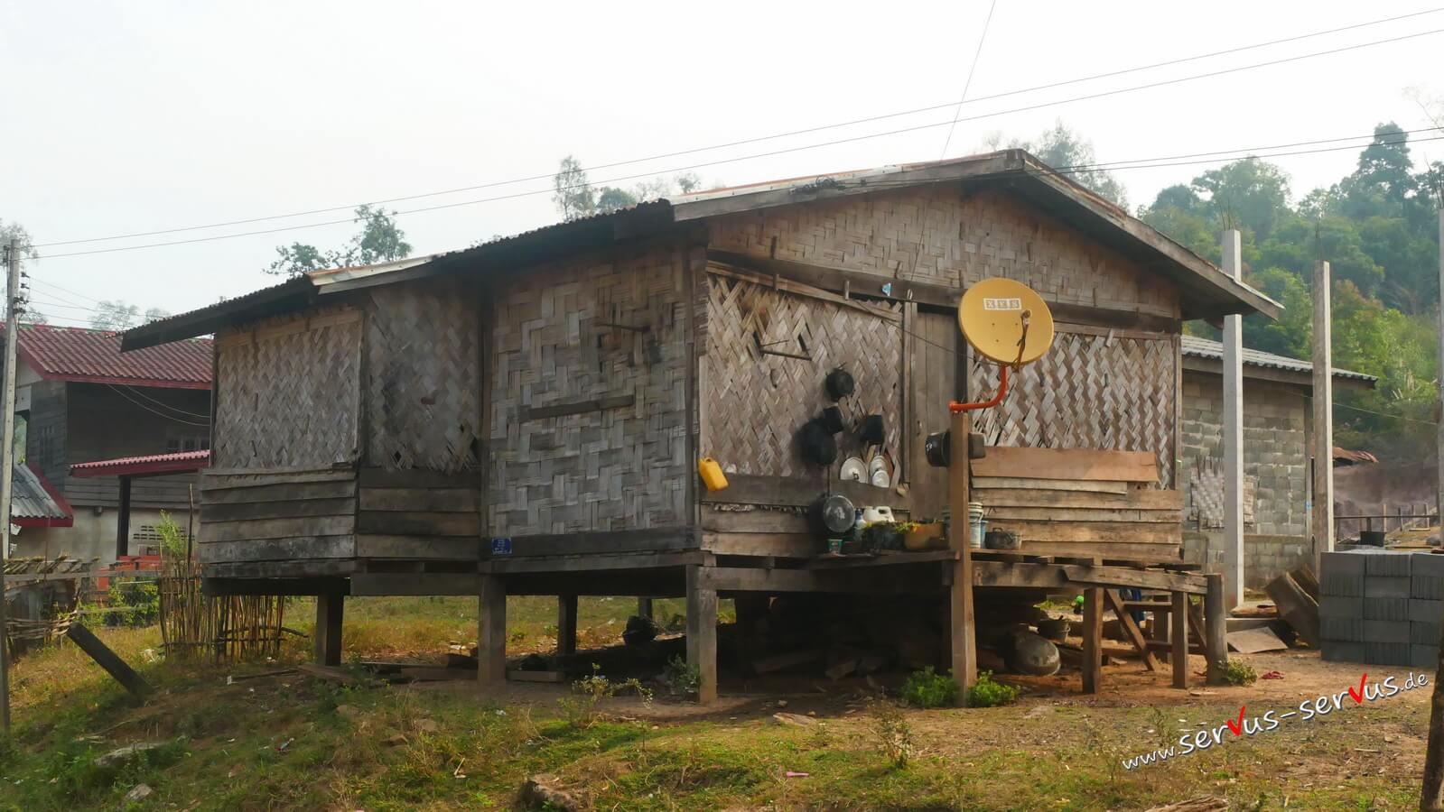 Bambushütte mit Sat-Schüssel