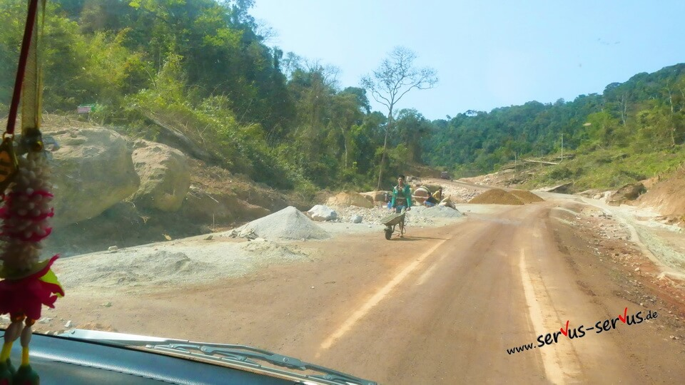 Straßenbau bei Lak Sao in Laos
