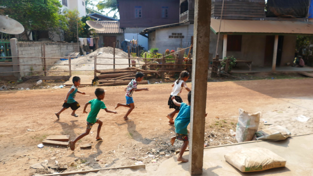 Kinder rennen in Laos
