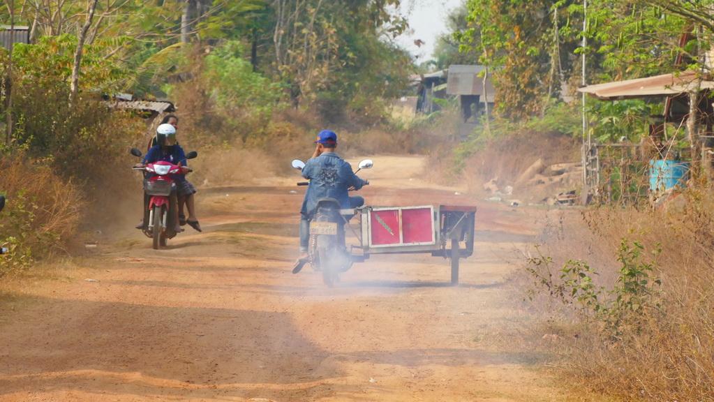 Campasak, Moped auf Weg in Laos