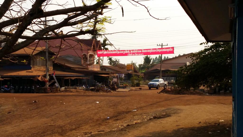 Staubiger Dorfplatz am mekong