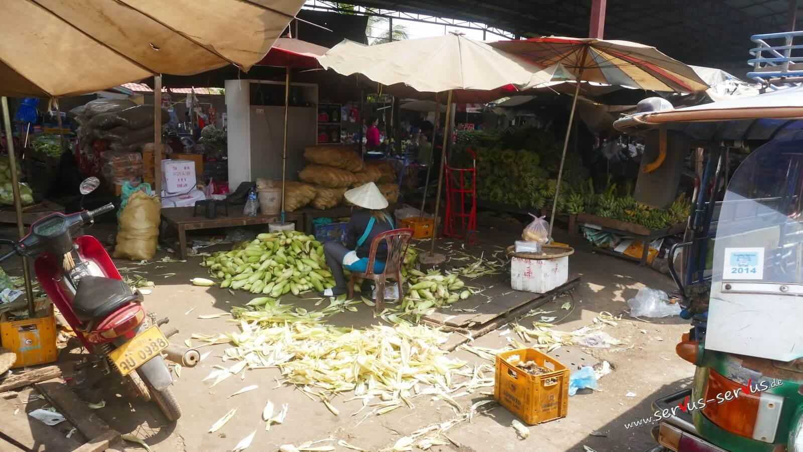 Gemüsehändler auf dem Markt in Pakse, Laos
