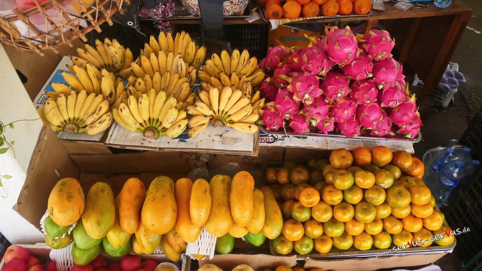 Frisches Obst auf dem Markt in Pakse