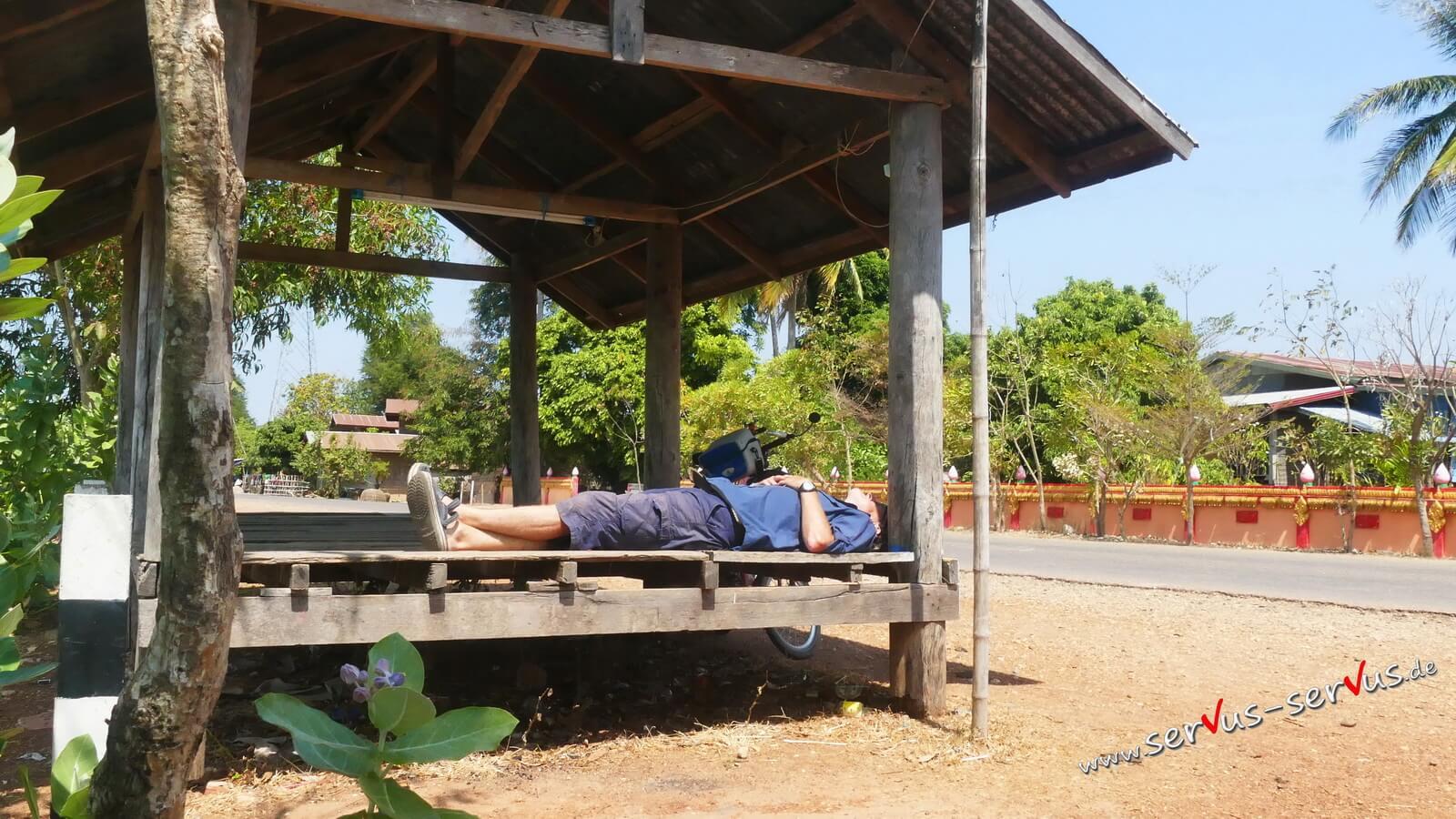 Radler Pause im Schatten in Laos
