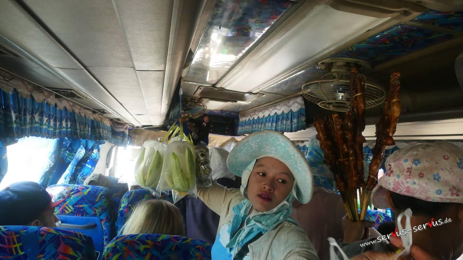 Händler im Bus, Laos, Kong Lor Höhle
