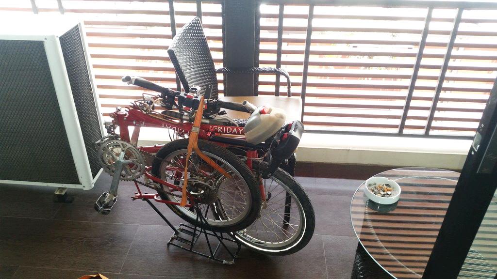 Faltrad auf dem Balkon