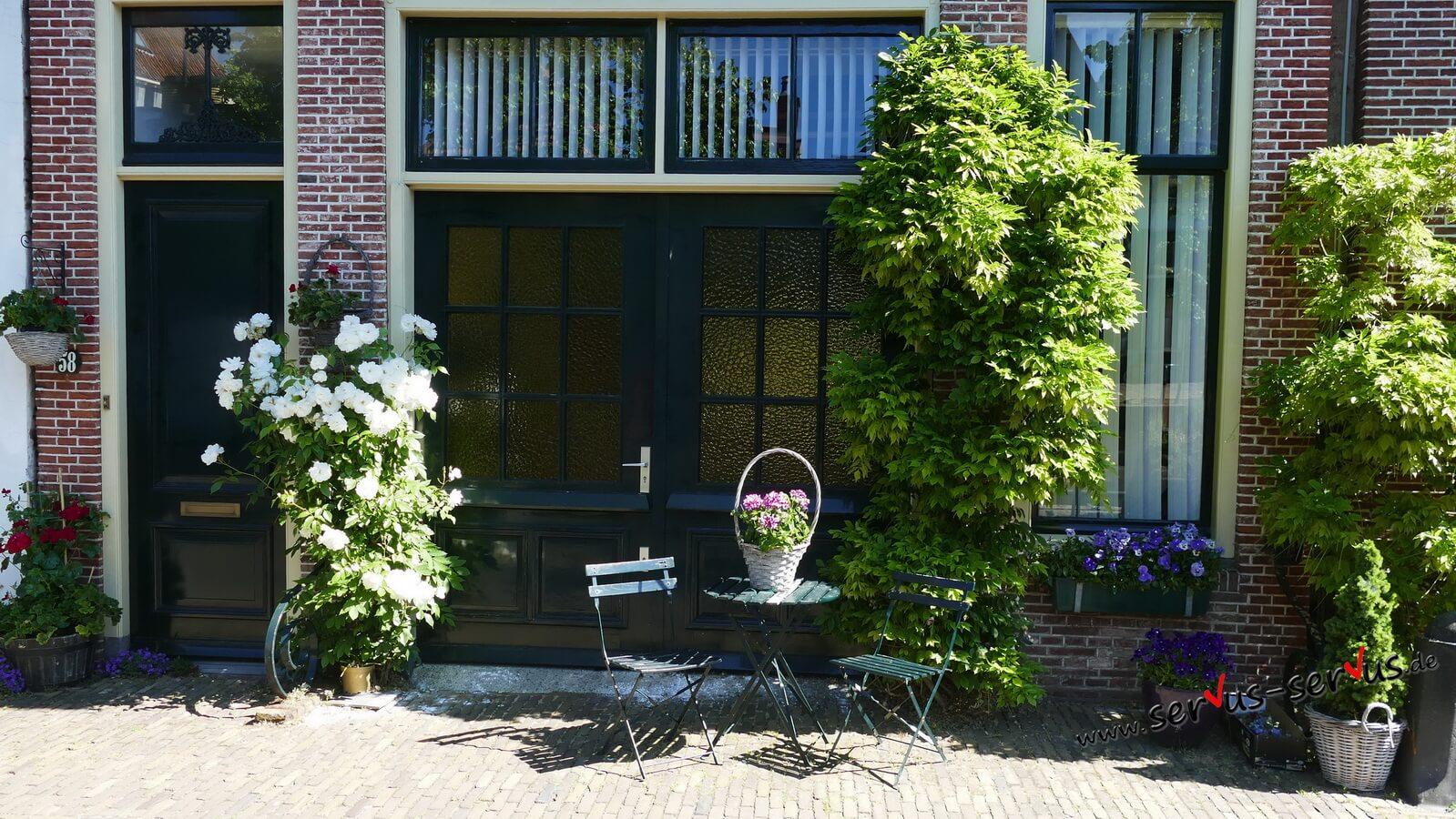 Alkmaar, Holland, Kleiner Tisch mit Stuhl,