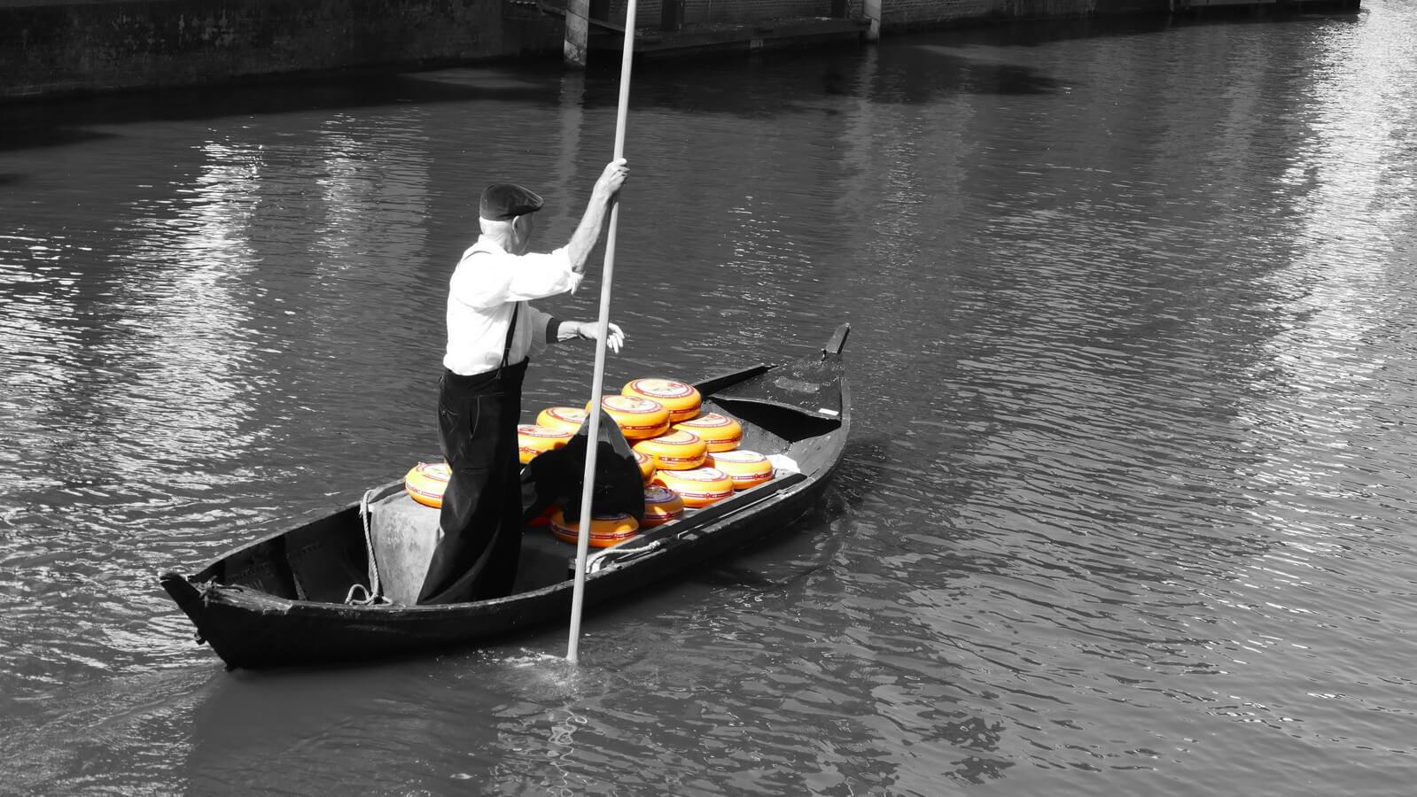 Alkmaar, käsemarkt, Mann mit Boot