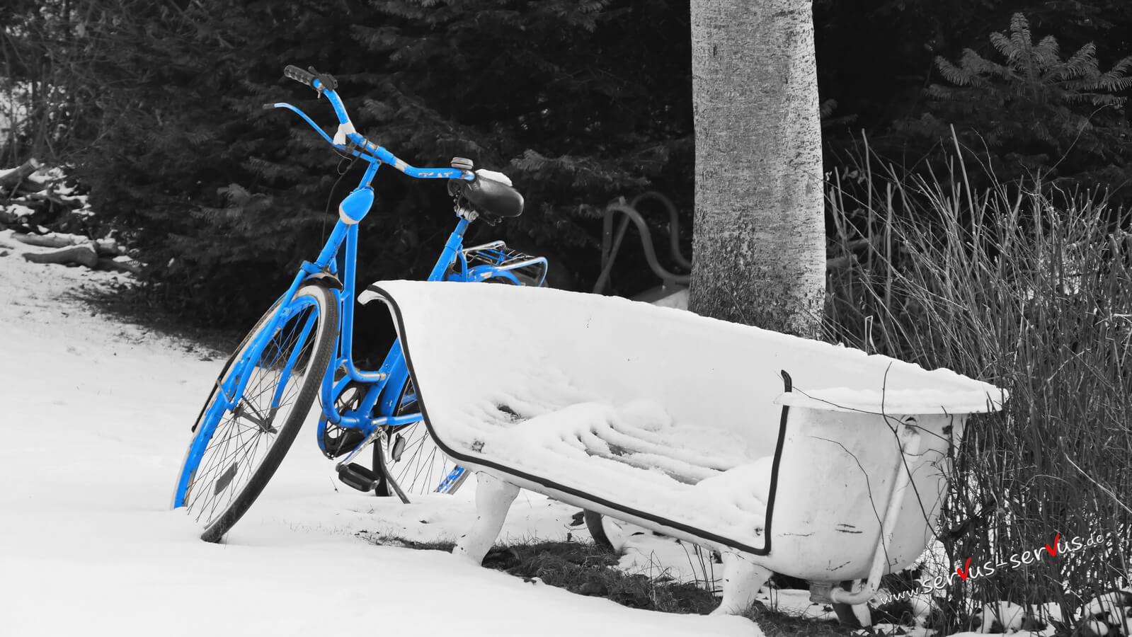 Blaues Fahrrad mit Badewanne