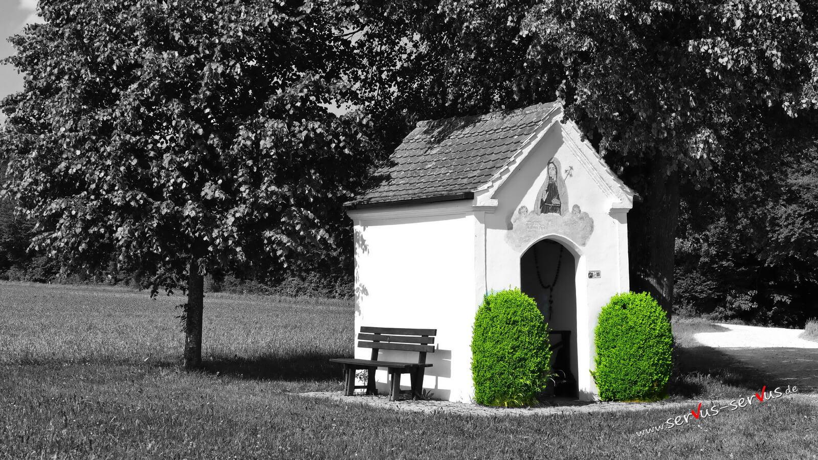 Kapelle mit grünem Busch, Colorkey