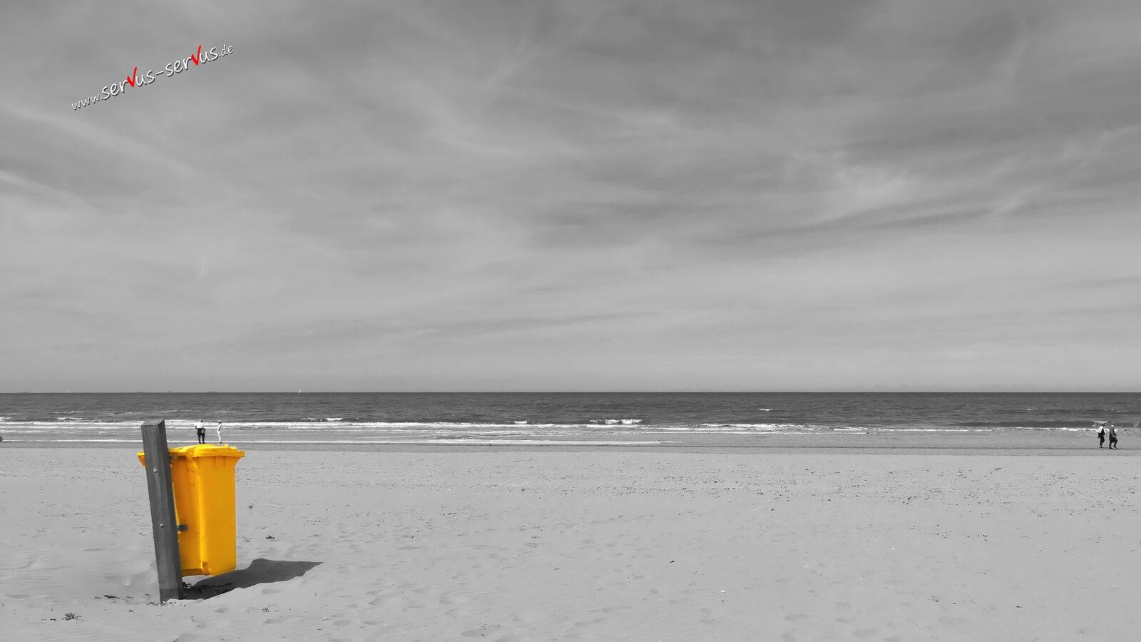 Gelbe Mülltonne am Strand