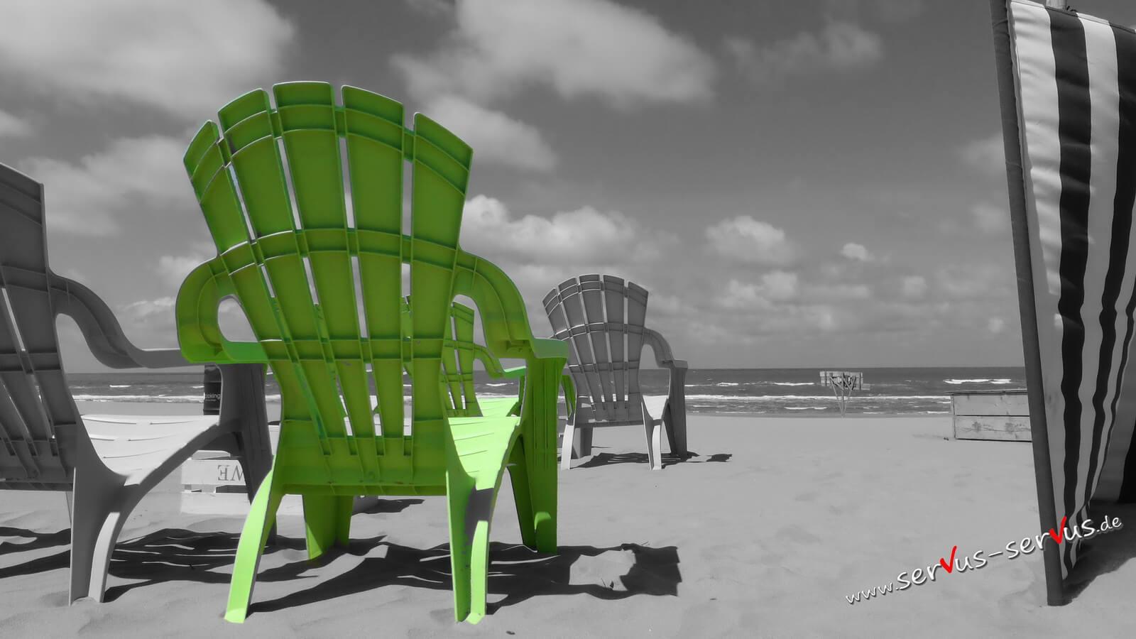 Grüner Stuhl am Strand, colorkey