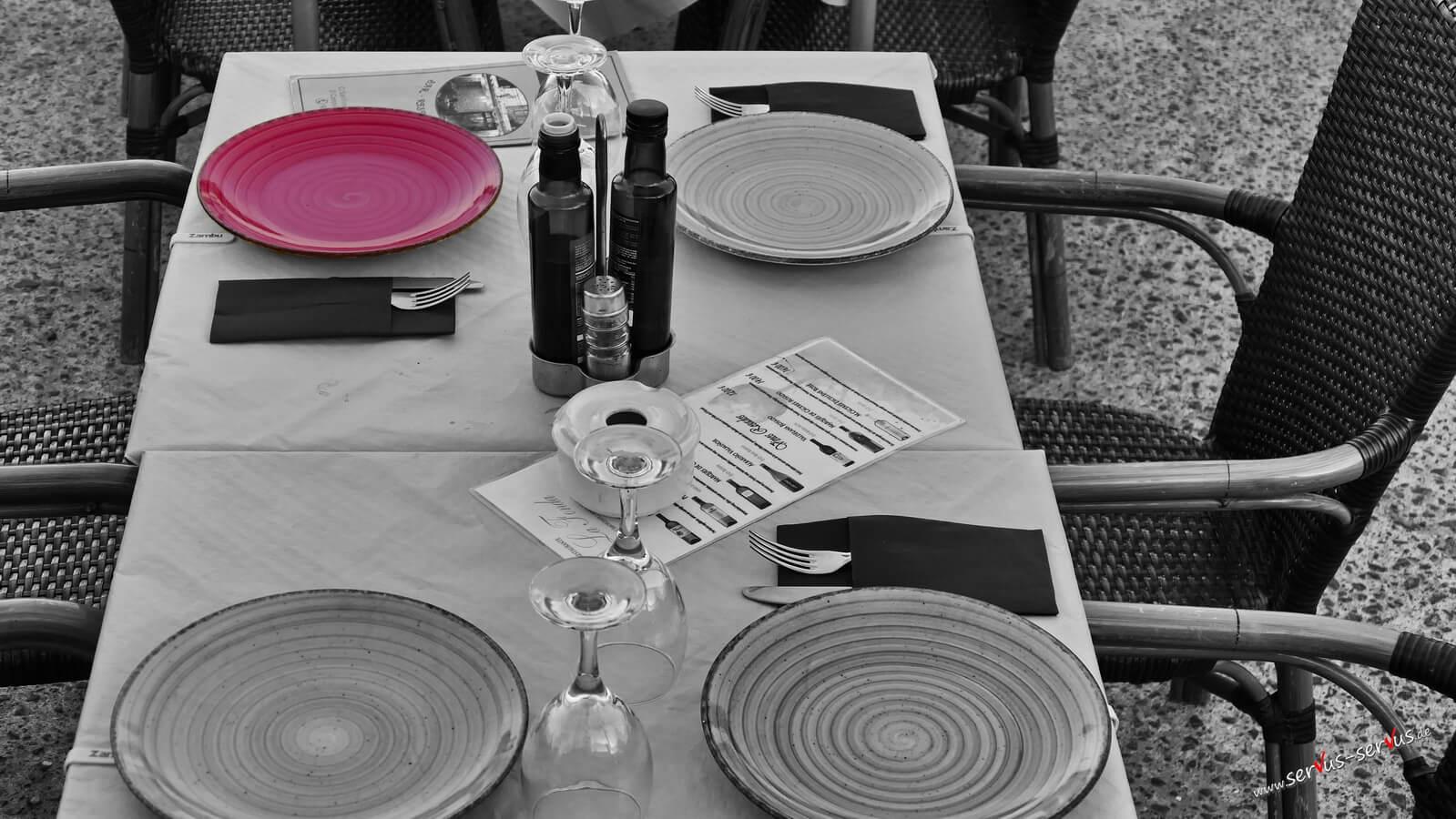 Rotes Teller im Restaurant