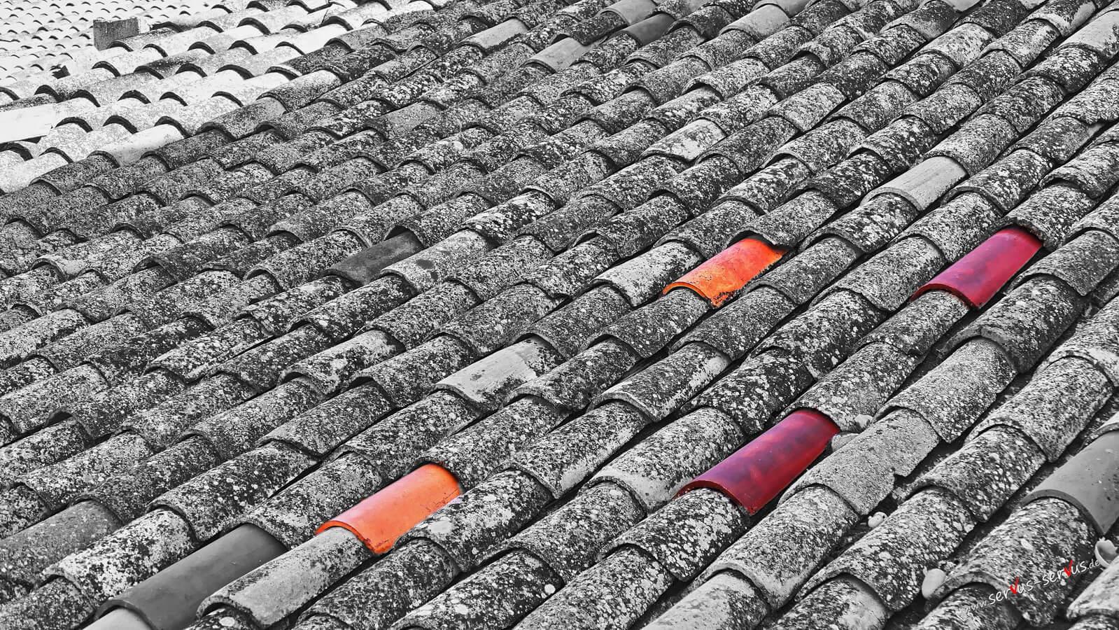 Rote Dachziegel in Sanien