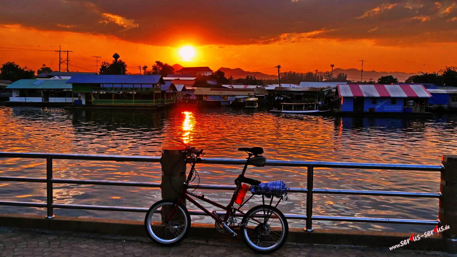Faltrad im Sonnenuntergang
