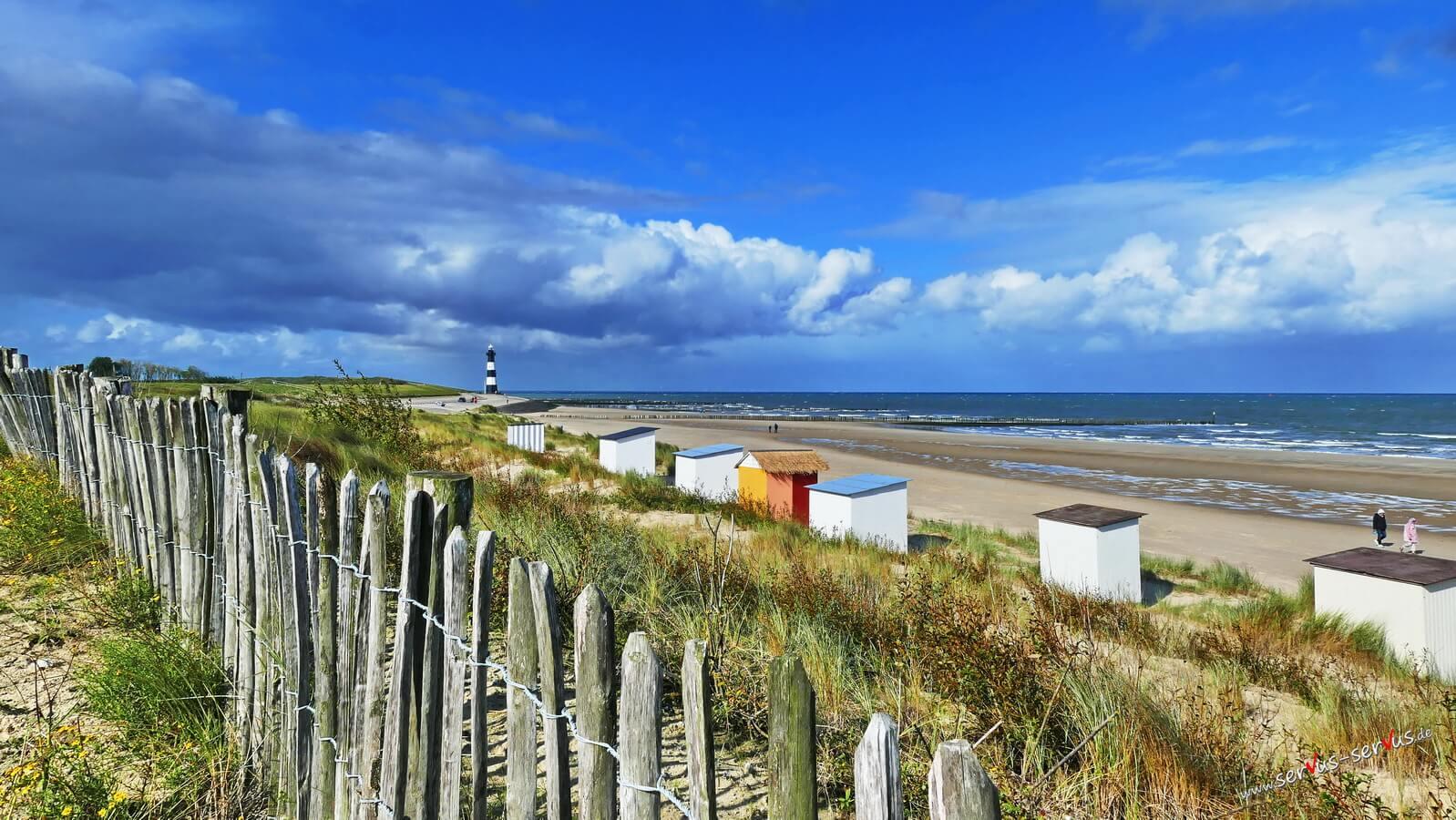 Strand und Leuchtturm am Strand von Breskens, Holland, Zeeland