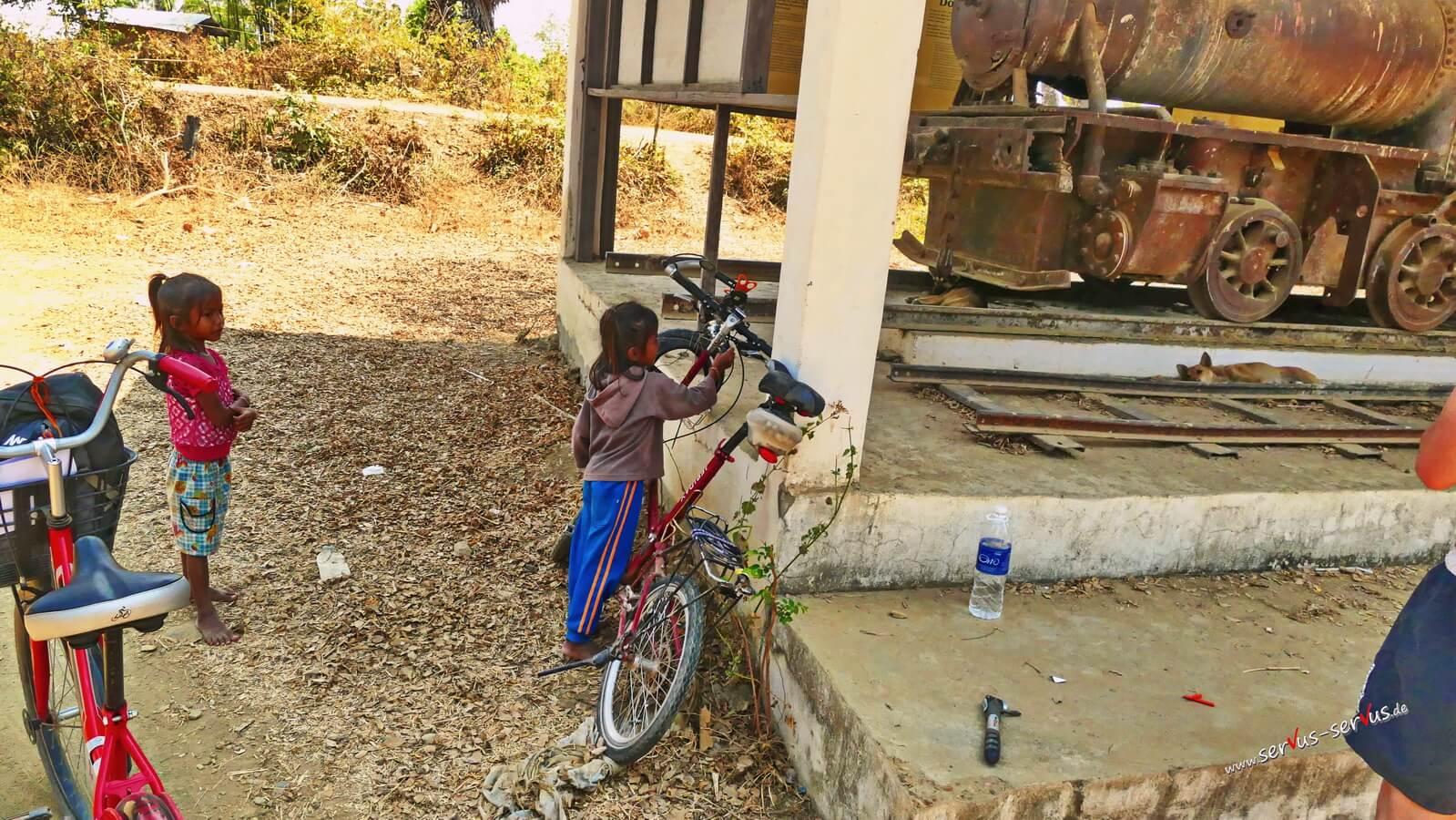 Laos, Don Det, Mädchen mit Fahrrad