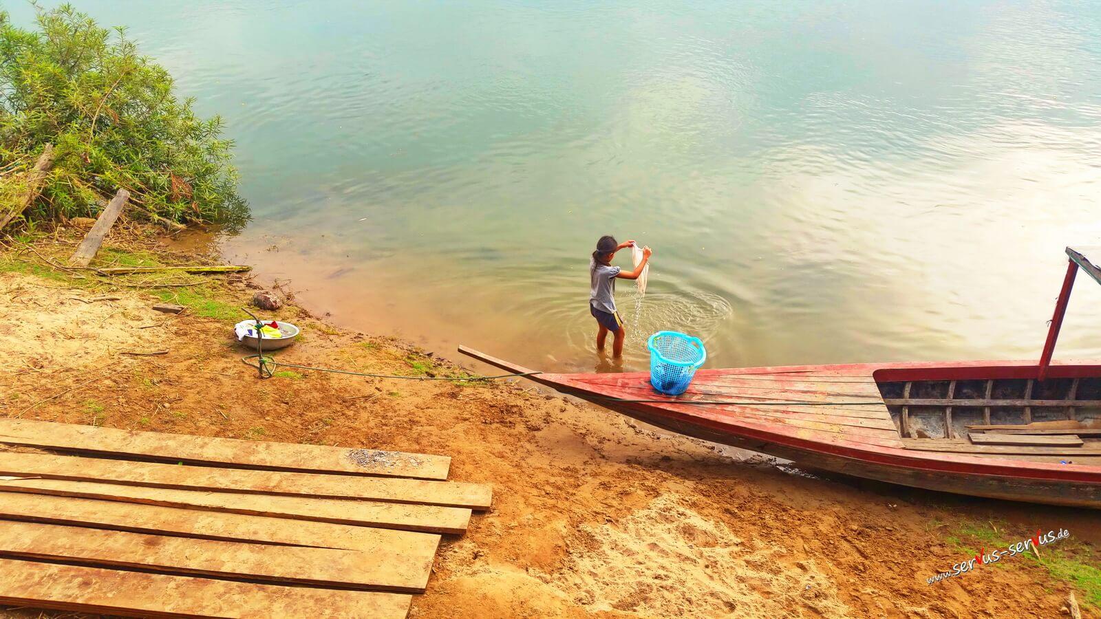 Laos, Don Det, Wäschewaschen im Mekong