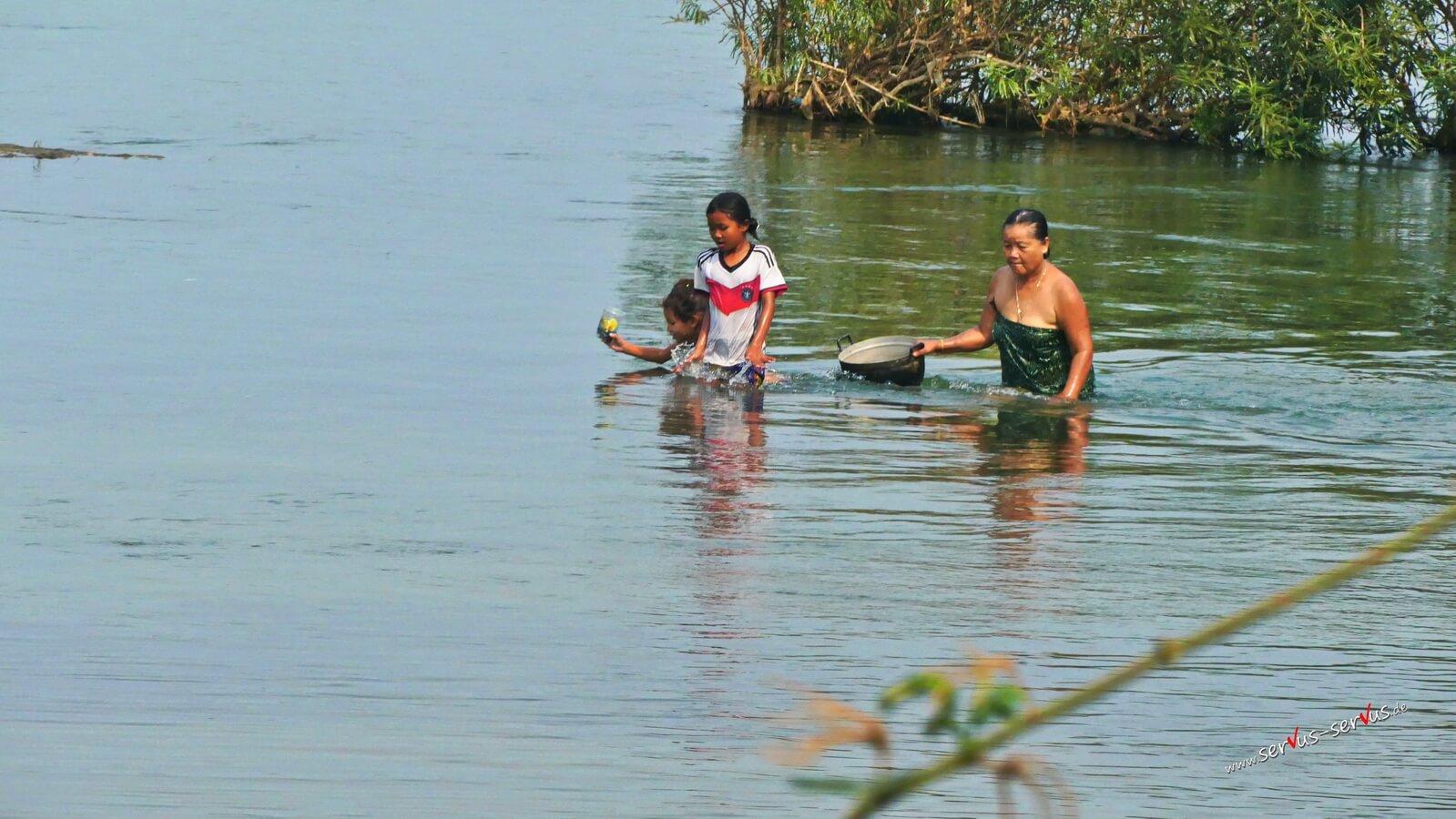 Laos, Mekong, Baden im Fluß,